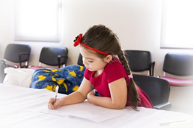 Lựa chọn chất liệu và kiểu dáng của ghế học sinh phù hợp với trẻ